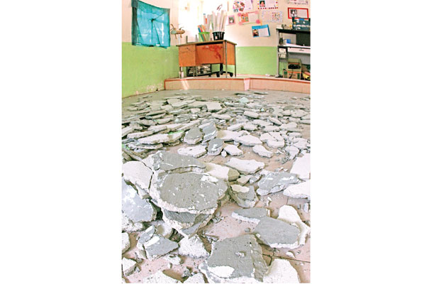 Alumnos de primaria, en riesgo; techo de escuela se cae a pedazos