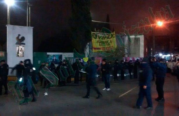 Desaloja la policía la fábrica CIVSA, en pleito legal desde hace muchos años