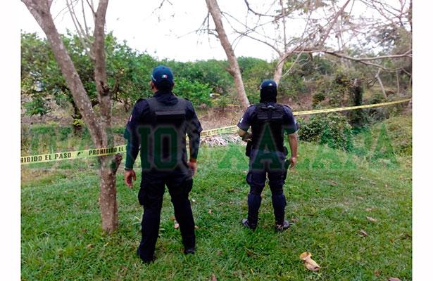 Autoridades ministeriales sacan el cadáver de lo que es una fosa clandestina