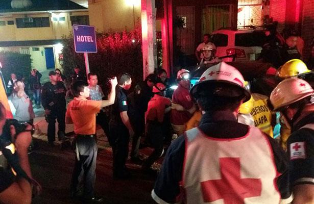 Conductor destrozó su automóvil al perder el control en Lázaro Cárdenas