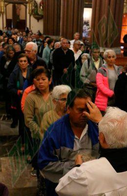 Feligreses acuden a Catedral este miércoles de ceniza