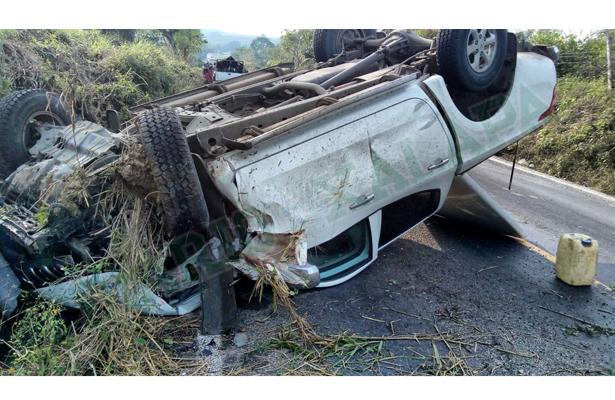 Vivieron para contarla; chocaron camioneta y tractor