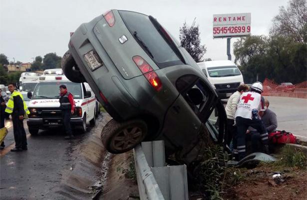 Aparatoso accidente sobre la México-Pachuca deja a dos lesionados