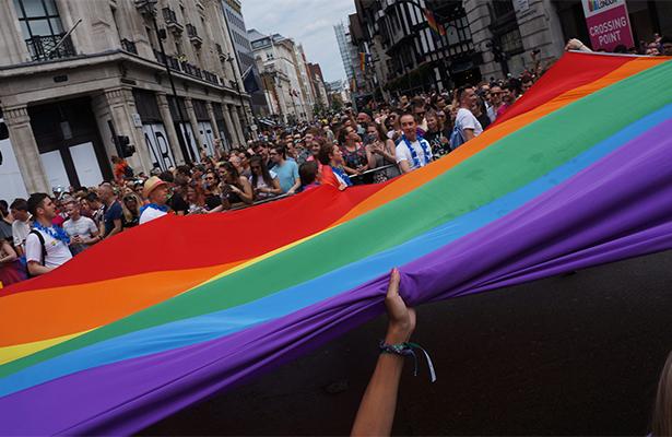 Marcha del orgullo gay reúne a miles de personas en Londres
