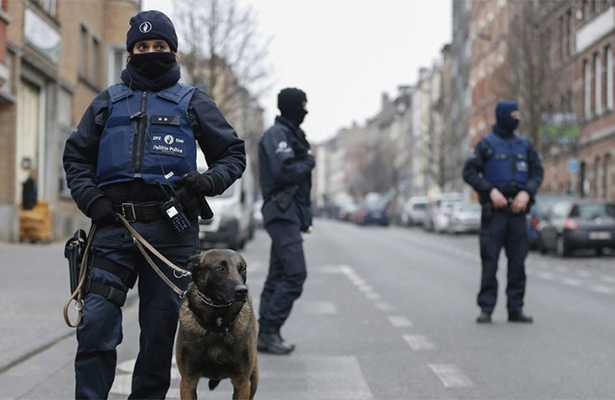 Autoridades de Bélgica incautan fusiles Kalashnikov y detiene a cuatro personas