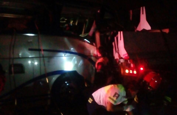 Chocan autobús y tráiler en Autopista del Sol