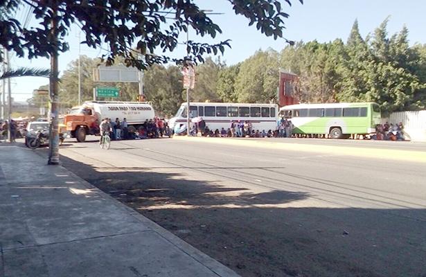 Normalistas secuestran autobuses y bloquean en el IEEPO