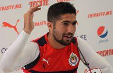 Jair Pereira propina balonazo a compañero en una práctica