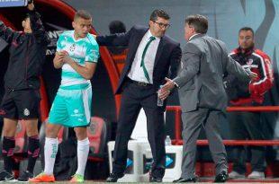 Miguel Herrera se calienta ante un aficionado