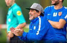 Para Maradona, el mejor jugador de la historia es...