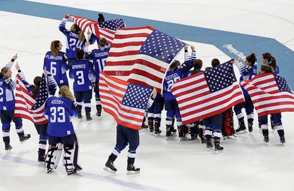 Estados Unidos se cuelga el oro en hockey femenil ¡20 años después!