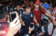 Bronca opaca la fiesta de Chivas a su llegada a la CDMX