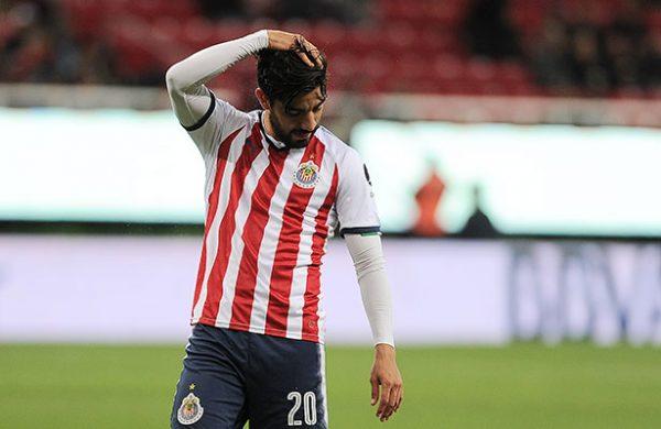 Rodolfo Pizarro sufre fuerte golpe ante Santos