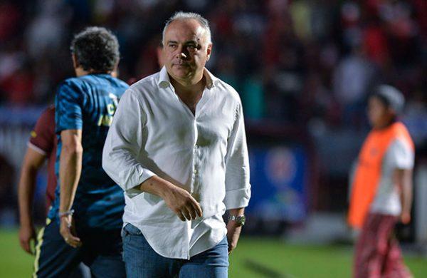 Con 4 goles, Pumas arrasa con Lobos
