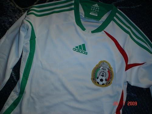 Aquí te mostramos una galería con las playeras de la Selección Mexicana que  han salido con el color blanco. 35a1f31a952e0