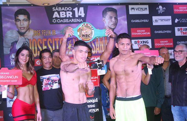 Boxeadores cumple en la báscula para la pelea estelar