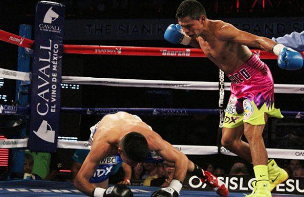 Boxeadores cumplen en la báscula para función en Cancún