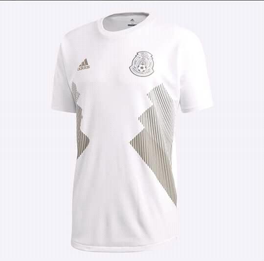 En esta ocasión sorprendería la marca que viste al Tricolor con una playera  totalmente en color blanco. 876332954461b
