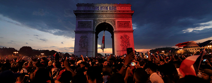 Francia, entre disturbios y festejos