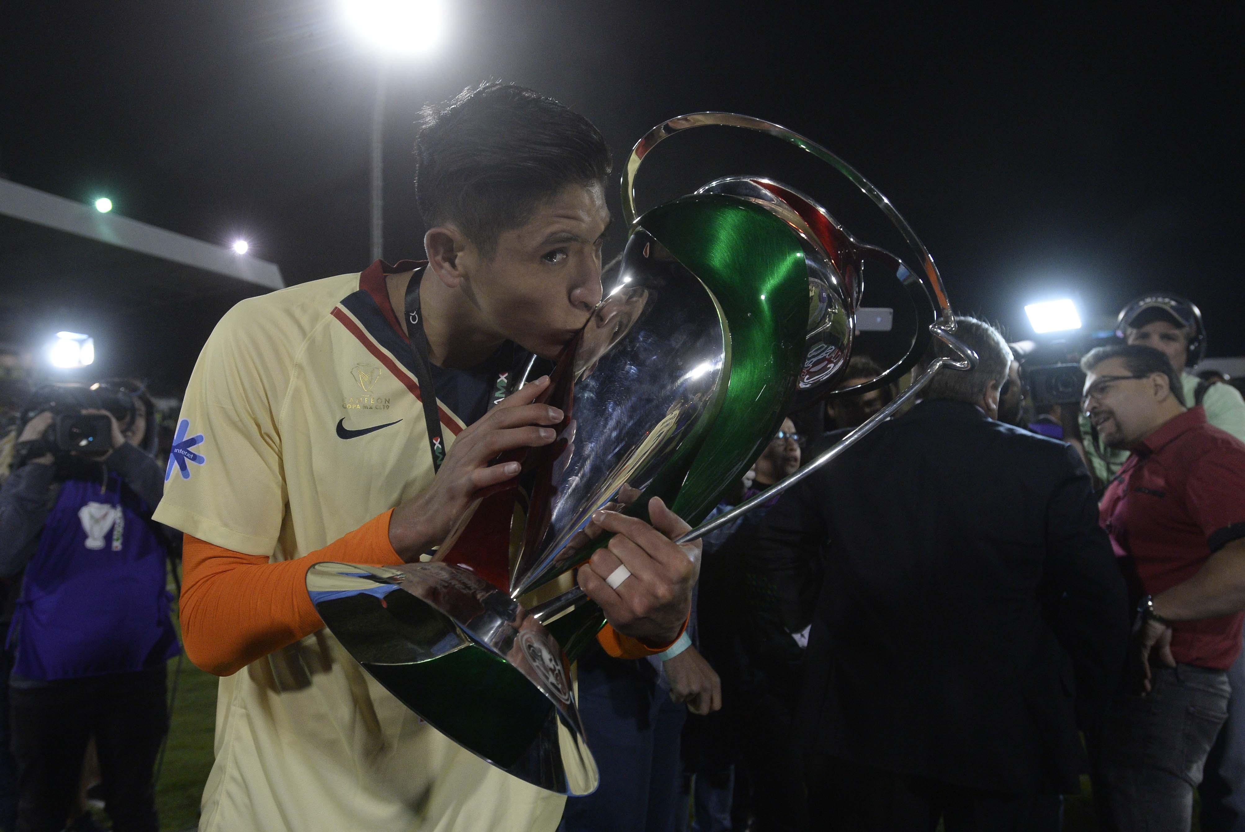 Edson Álvarez se engancha con aficionado de Chivas