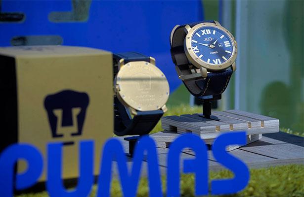 19715be3a CON bombo y platillo el líder de la competencia presentó su reloj oficial.  Pumas lanzó a la venta una edición limitada con motivo de su 62 aniversario  y de ...