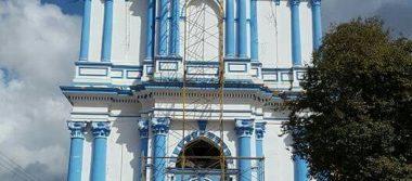 """""""Peinan"""" a una iglesia en reconstrucción"""
