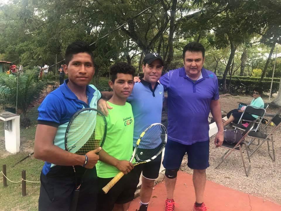 LOS tenistas chiapanecos demostraron su nivel en el deporte blanco.