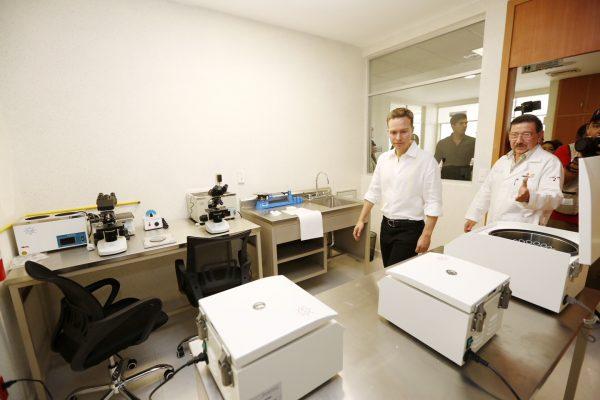 Manuel Velasco entregó el nuevo Hospital Básico Comunitario a familias de Las Rosas