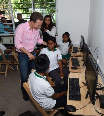 Entrega MVC aula de medios a estudiantes de Marqués de Comillas
