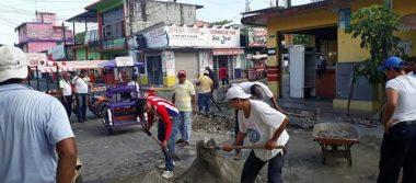 Tricicleros bachean las calles principales