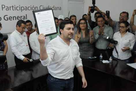 IEPC entrega constancia a Luis Fernando Castellanos Cal y mayor