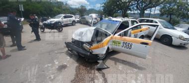 Cuatro lesionados en choque entre taxi y una patrulla [VIDEO]