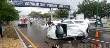 Dama lesionada en volcadura frente a la UNICACH [VIDEO]