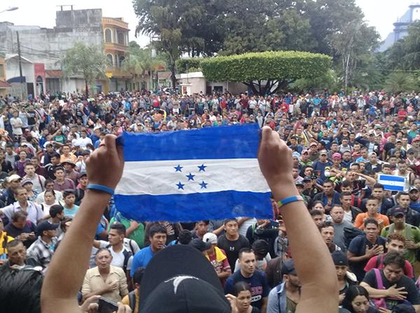 Caravana migrante a un kilometro de llegar a México