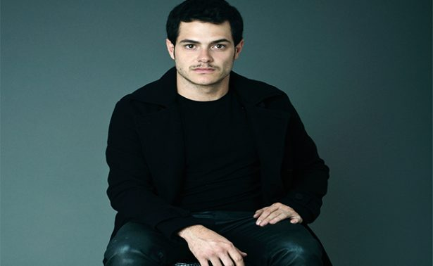 """Alfonso Dosal, un Hamlet moderno en la serie """"Aquí en la tierra"""""""