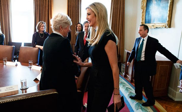 Critican fotografía de Ivanka Trump en la silla presidencial