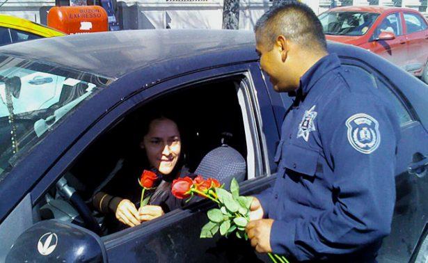 Policías regalan rosas a ciudadanos previo al Día del Amor