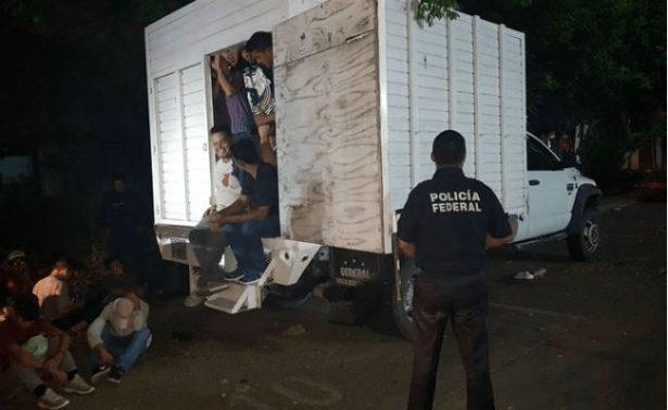 Rescatan a 43 migrantes centromericanos hacinados en camión en Poza Rica