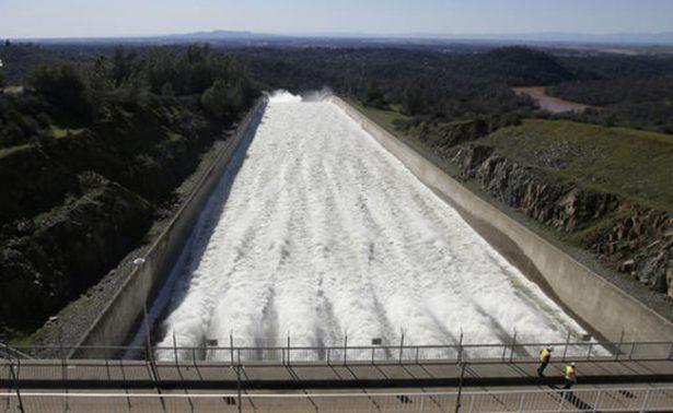 La presa más alta de EU abre aliviadero de emergencia