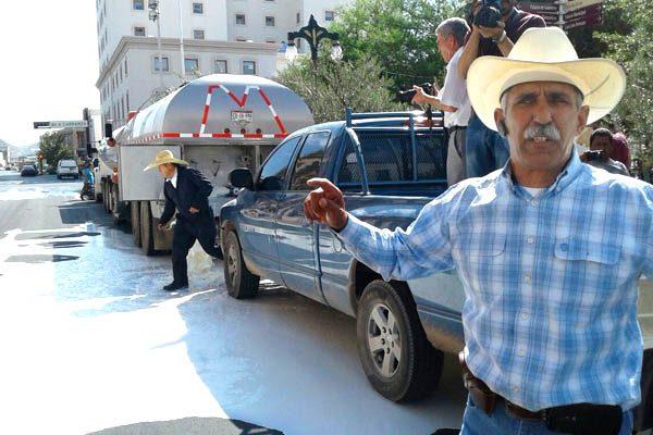Derraman miles de litros de leche en protesta frente a Palacio