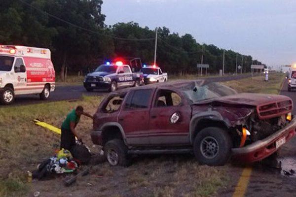 Familia resulta lesionada al volcar en carretera Camargo-Jiménez