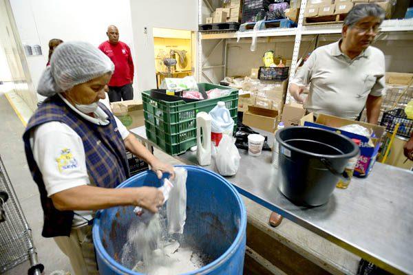 Confiscan medicinas y alimentos caducos a Caritas