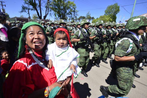 Habitantes de Guachochi reciben a decenas de elementos militares