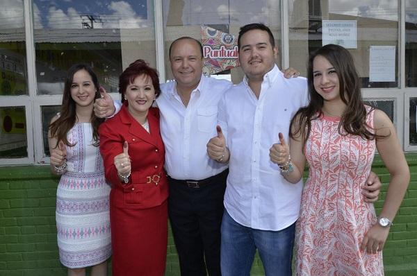 Vota Gobernador y familia en Hidalgo de Parral