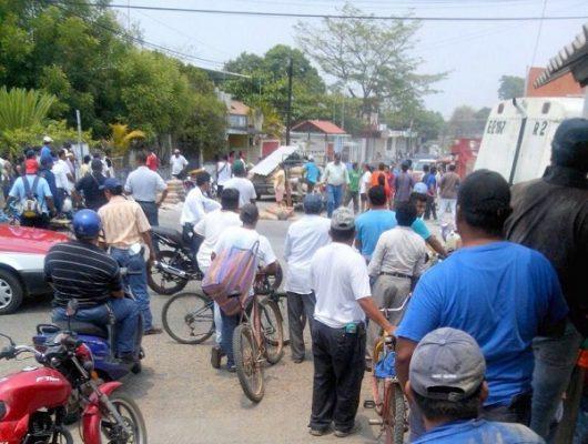 Con palos y machetes, se enfrentan militantes del PRD y Movimiento Ciudadano en Loma Bonita