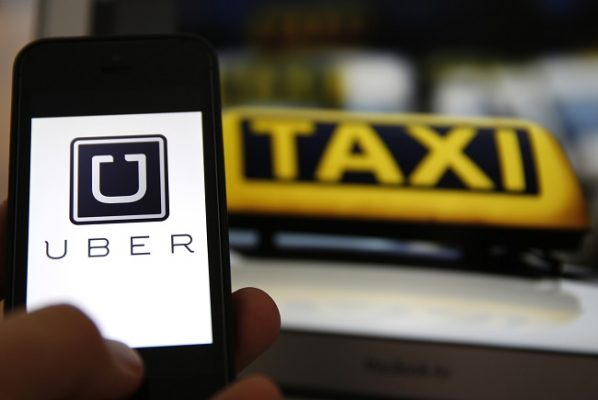 """Taxistas se unen a """"cacería"""" de vehículos de Uber"""
