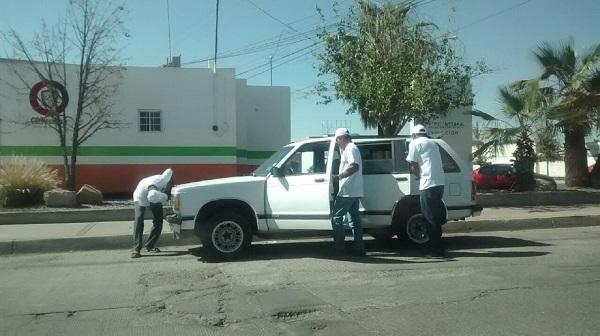 Reportan acarreo de gente vestida con logos de Pizza del Rey