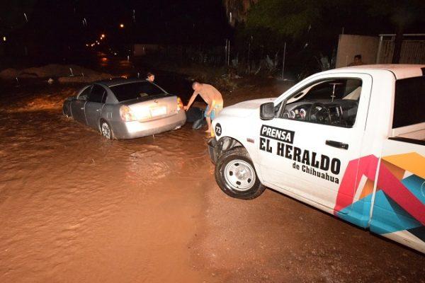 Atienden decenas de reportes por lluvia en la ciudad