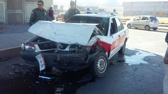 Resulta taxista lesionado en choque en la Venceremos