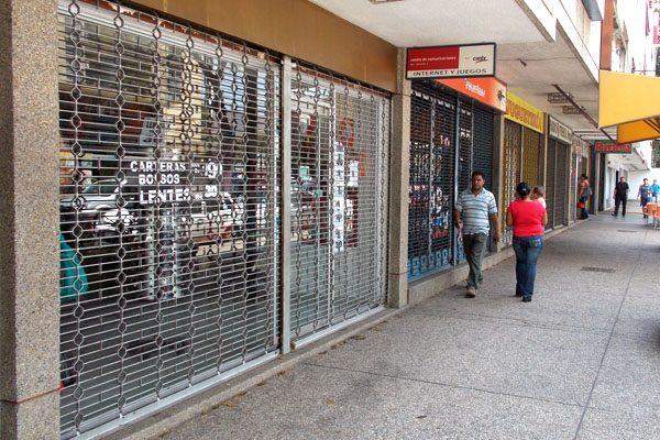 Colapsa economía, locales comerciales han cerrado por alza del dólar